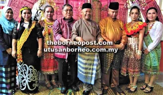 Faizal (empat kanan) serta kakitangannya pada upacara menggulung tikar.