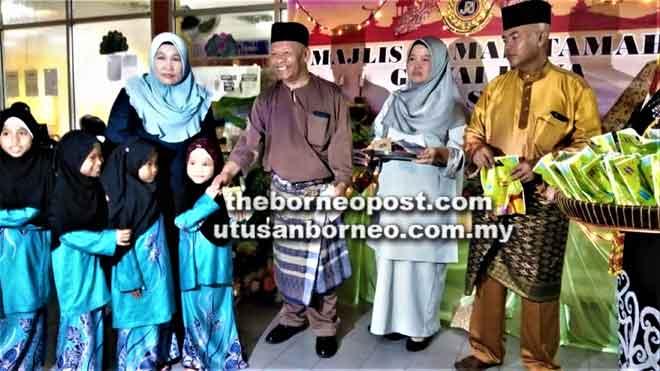 Faizal (tiga kanan) menyampaikan duit raya kepada anak-anak yatim pada majlis tersebut.