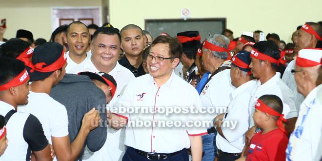 Abang Johari bersalaman dengan penyokong GPS pada Majlis Mesra Armada Pemuda PBB Sarawak di Dewan Suarah Kota Samarahan, semalam.