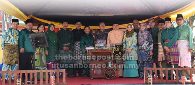 Dr Annuar (tengah) merakam kenangan bersama ahli PMS pada Majlis Berlanggar Meja Perdana, baru-baru ini.