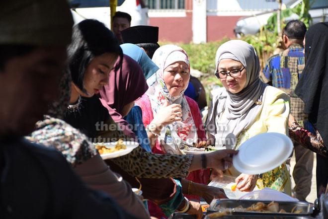 Orang ramai yang hadir dijamu pelbagai hidangan yang menyelerakan.