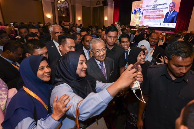 Warga kerja vokasional mengambil kesempatan berswafoto bersama Perdana Menteri Tun Dr Mahathir Mohamad pada Persidangan Pendidikan Latihan Teknikal dan Vokasional (TVET) dan Sesi Dialog Bersama Ketua-Ketua Pegawai Eksekutif Industri hari ini. - Gambar Bernama