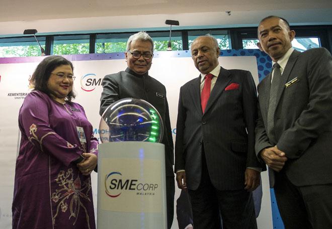 Redzuan (dua, kiri) ketika melancarkan Program SME Rakan Kongsi Pelaburan di SME Corporation Malaysia (SME Corp), KL Sentral semalam. Turut hadir (dari kiri) Ketua Setiausaha Kementerian Pembangunan Usahawan Datuk Wan Suraya Wan Mohd Radzi, Pengerusi SME Corp Datuk Seri Syed Hussien Al Habshee dan Ketua Pegawai Eksekutif SME Corp Noor Azmi Mat Said. — Gambar Bernama