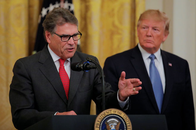 Trump (kanan) mendengar Setiausaha Tenaga AS Rick Perry menyampaikan ucapan mengenai dasar alam sekitar pentadbiran itu di Bilik Timur di Rumah Putih, Washington DC,                  Amerika Syarikat kelmarin. — Gambar Reuters