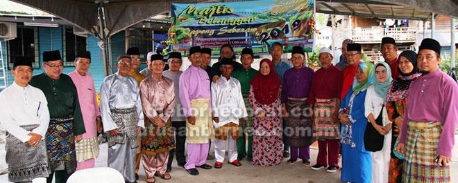 Talib (tujuh kanan) merakam gambar kenangan bersama ketua-ketua masyarakat, tetamu dan penduduk Kampung Sebiew di Majlis Belanggar Qapong Sebezaw.