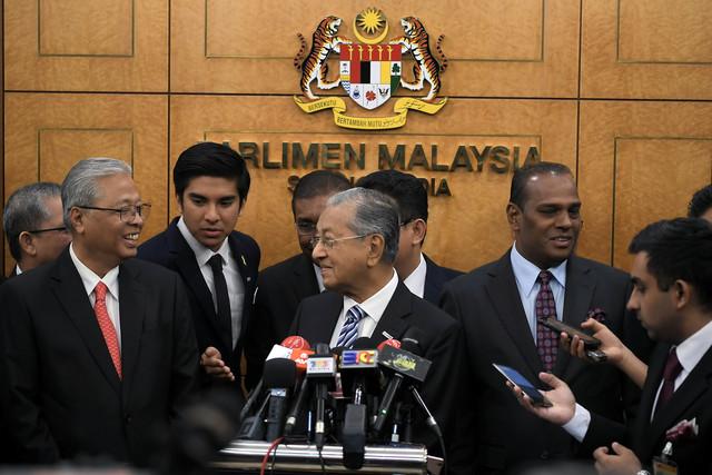 Perdana Menteri Tun Dr Mahathir Mohamad (tengah) ketika sidang media pada Persidangan Dewan Rakyat di lobi Parlimen hari ini. Turut hadir Ketua Pembangkang Datuk Seri Ismail Sabri Yaakob (kiri) dan Menteri Belia dan Sukan Syed Saddiq Syed Abdul Rahman (dua, kiri) - Gambar Bernama