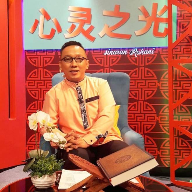 Syafiq Raffiqin Liow sebagai pengemudi rancangan bual Sinaran Rohani.