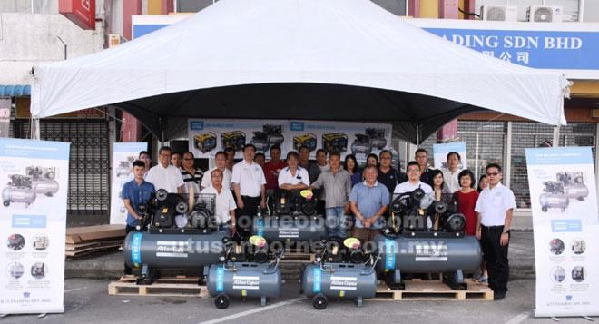 Pengurusan dan kakitangan KTS Trading Sdn Bhd(Bintulu) dan para pelanggan merakam gambar bersama kompresor besi tuang siri Atlas Copco terbaharu di hadapan premis KTS di Bintulu.