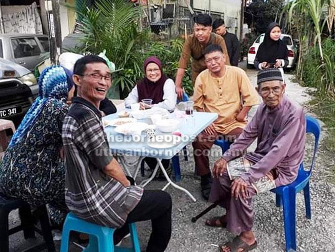 Penduduk kampung berbual dan menikmati hidangan bersama pada Majlis 'Belanggar Qapong Sebezaw'.