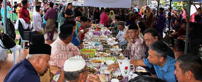 Penduduk pelbagai kaum memenuhi setiap ruang menjamu selera pada Majlis 'Belanggar Qapong Sebezaw'.