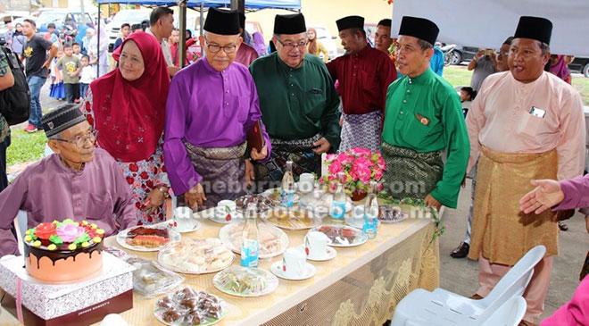 Talib (dua kiri) bersama Awang Merais, Derahman, Jefferi dan Bujang (duduk) melihat hidangan tradisi  termasuk Te'bhes di kepala meja.