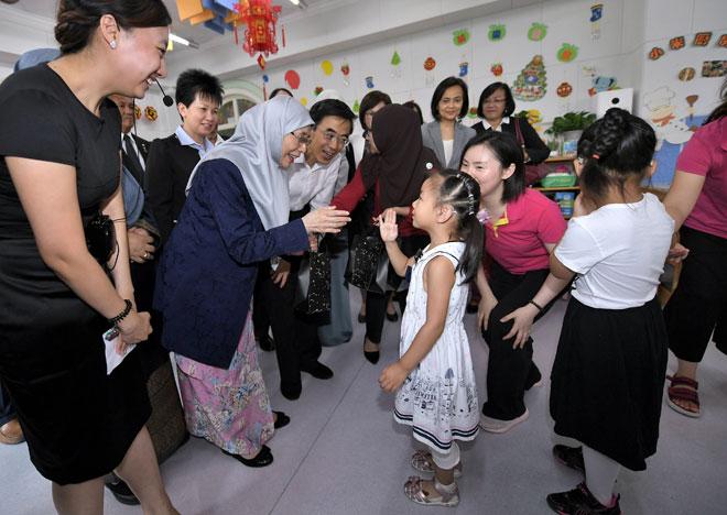 Dr Wan Azizah beramah mesra bersama kanak-kanak ketika mengadakan lawatan ke Pusat Pemulihan dan Penyelidikan Pendengaran dan Percakapan bagi Kanak-Kanak China,semalam. — Gambar Bernama