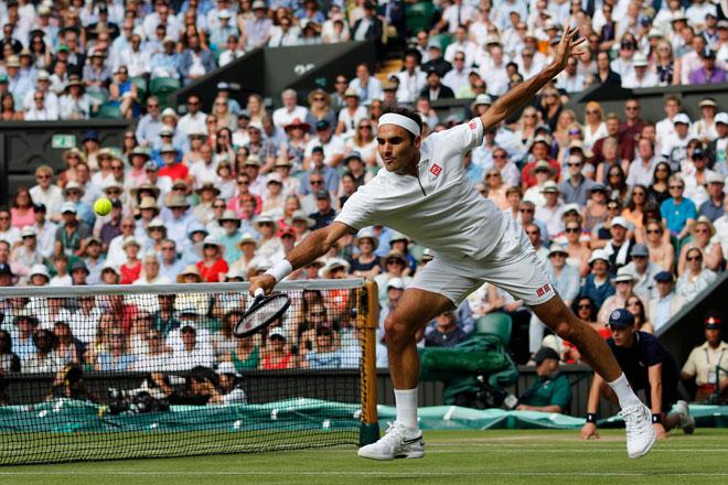 Federer mempamerkan prestasi memberangsangkan ketika menentang Nishikori pada kejohanan Wimbledon di London, England kelmarin. — Gambar AFP