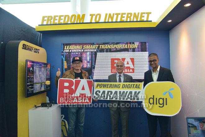 Praveen (kanan) ditemani Lai (kiri) dan Pengerusi Suruhanjaya Multimedia Malaysia Al-Ishsal Ishak merakam kenangan bersama sempena Persidangan Ekonomi Digital Antarabangsa Sarawak 2019.