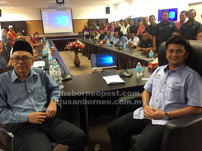 Faiz (kanan) dan Bohari (kiri) bersama para                    nelayan semasa sesi dialog sempena lawatan kerja ke Kompleks Pelabuhan LKIM Tanjung Bako, semalam.