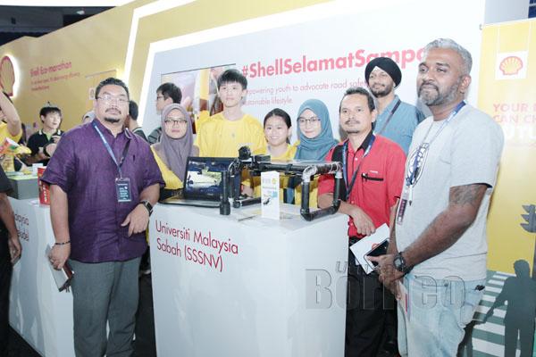 PASUKAN yang mewakili UMS dengan hasil projek semasa Program #ShellSelamatSampai bersama Prithipal (belakang, dua kanan).