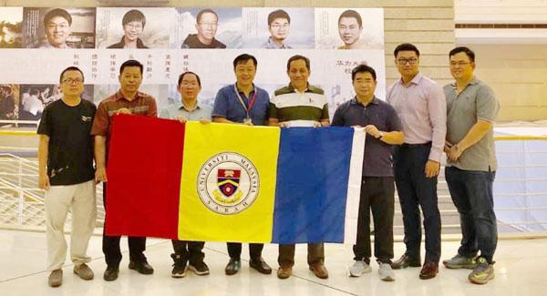 ROMBONGAN UMS bersama pegawai Huawei d Huawei University, Shenzhen. Turut kelihatan Kamarudin (empat kanan).