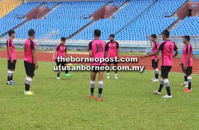 Joseph (tiga kiri) menunjukkan kemahiran menimang bola semasa sesi latihan sebagai persiapan menentang JBFA malam ini.