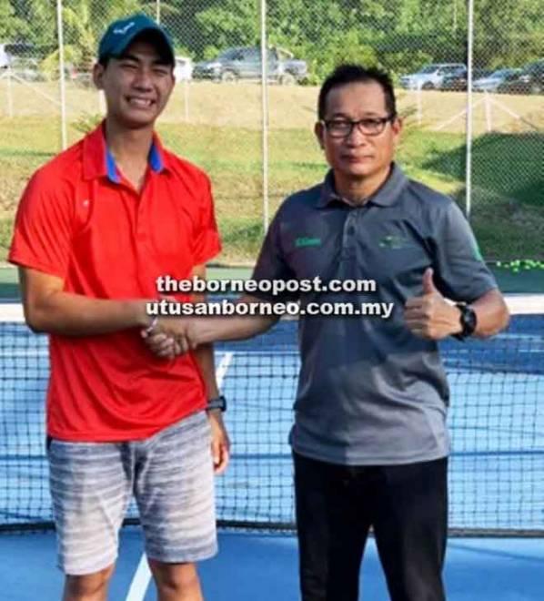 Naib Presiden BDLTA, Mudahari Saimi (kanan) bersalaman dengan Jimmy diharap menuai kejayaan besar pada kejohanan tenis sekolah ASEAN di Semarang, Indonesia.