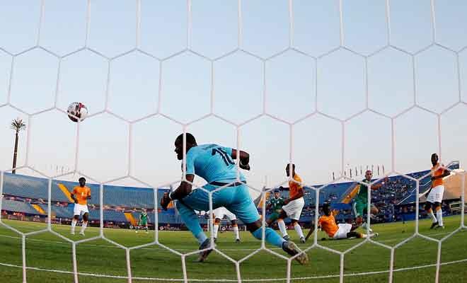 Antara babak-babak aksi perlawanan suku akhir Piala Negara-Negara Afrika di antara Ivory Coast dan Algeria di Stadium Suez, Mesir. — Gambar Reuters