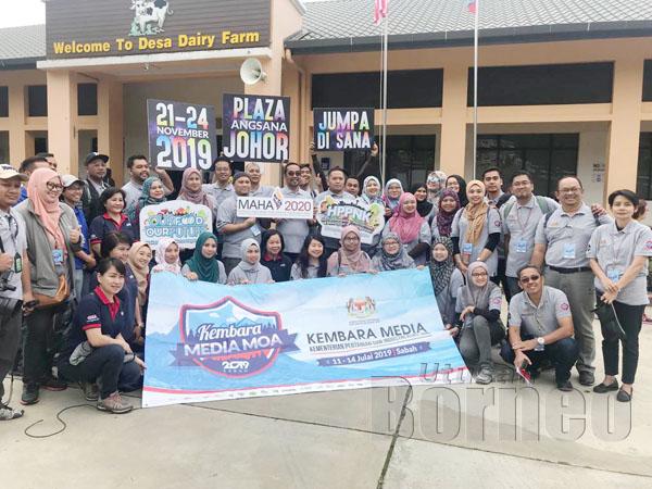 PESERTA Kembara Media MOA merakamkan kenangan bersama selepas melawat Desa Cattle Dairy Farm di Kundasang.