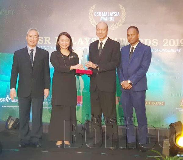 LEE (dua, kanan) menerima Anugerah Khas pencapaian seumur hidup (tanggungjawab sosial) yang disampaikan oleh Hannah (dua, kiri) sambil disaksikan oleh Pengerusi bersama CSR Malaysia Lee Seng Chee (kiri) dan Pengerusi CSR Malaysia Datuk R. Rajendran (kanan).