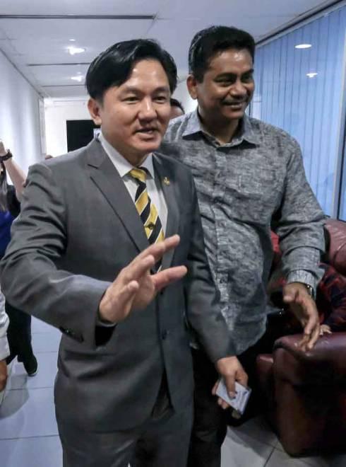 Paul (kiri) tiba di pejabatnya di Banggunan Perak Darul Ridzuan, Ipoh, semalam. — Gambar Bernama