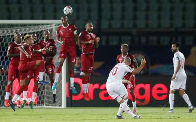 Sebahagian daripada babak-babak aksi perlawanan suku akhir Piala Negara-Negara Afrika di antara Madagascar dan Tunisia di Stadium Al Salam di Kaherah, Mesir. — Gambar Reuters