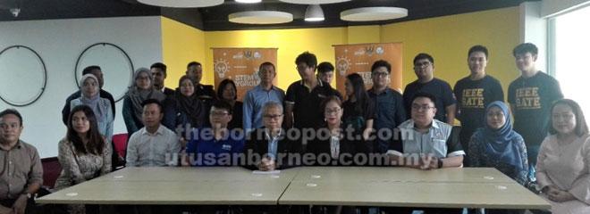 Awangku Merali (duduk, lima kanan) bersama ahli-ahli jawatankuasa penganjur yang lain.