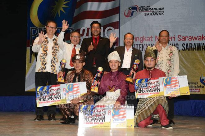 Mordi (berdiri, tengah) bergambar bersama pemenang pertandingan Pidato Kenegaraan 2019 Peringkat Negeri Sarawak. — Gambar Penerangan