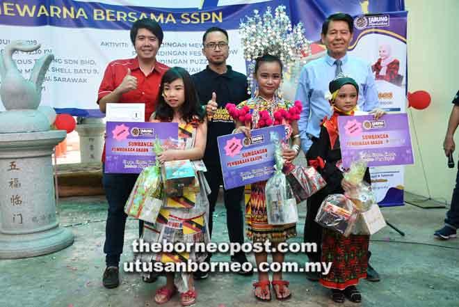 (Dari kanan) William, Yussuf dan Chiam bersama pemenang pertandingan fesyen.