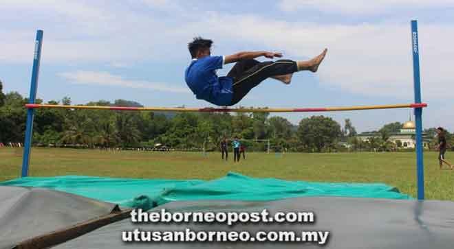 Seorang peserta beraksi pada acara lompat tinggi.