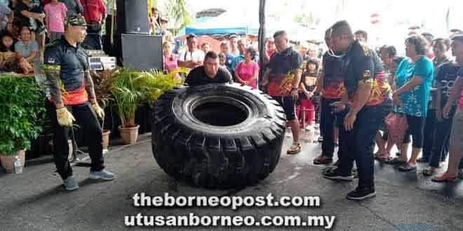 Salah seorang peserta sedang menunjukkan keupayaannya mengangkat tayar seberat 300 kilogram.