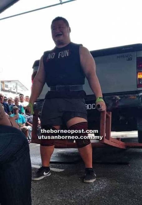 Salah seorang peserta mengharungi cabaran mengangkat kenderaan pacuan empat roda.
