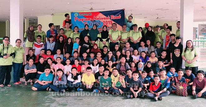 Guru-guru dan murid-murid yang mengambil bahagian dalam Kem Road To UPSR 2019.