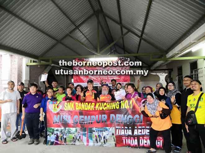 Guru-guru dan pelajar pelajar SMK Bandar Kuching No.1 antara peserta gotong-royong.