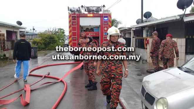 Anggota bomba membantu menjayakan gotong-royong di Kampung Tunku.