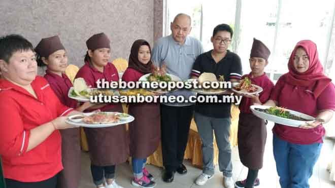 Albert (tengah) bersama Ong Sie Wen (tiga kanan) mewakili pemilik Ong Leong Ting dan Sherry (kiri) bersama kakitangan Metrocity Seafood mempamerkan makanan lazat yang terdapat di sini.