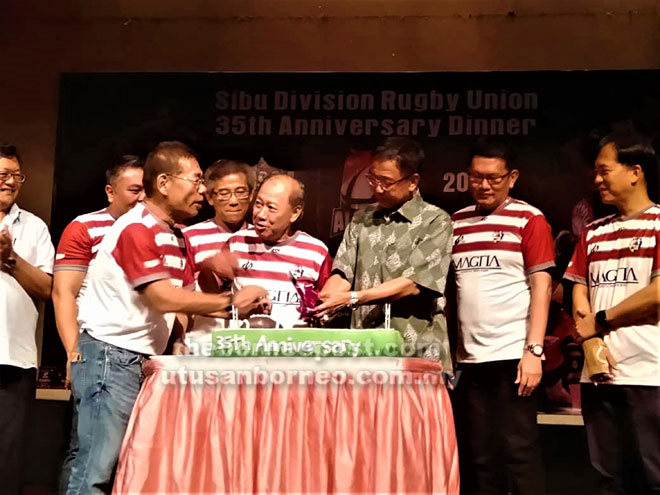 Abdul Karim (tiga kanan), Hii (kanan), Ting (tiga kiri) serta yang lain ketika meraikan ulang tahun ke-30 SDRU di Sibu malam kelmarin.