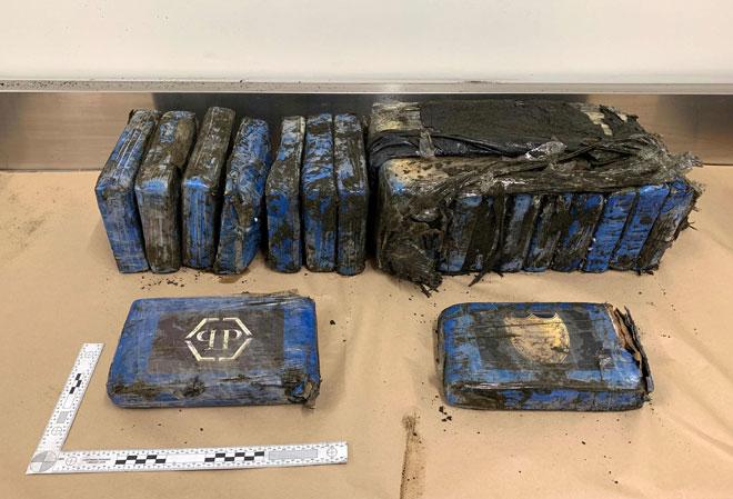 Gambar serahan inspektor siasatan Colin Parmenter dari Daerah Waitemata Polis New Zealand semalam menunjukkan beberapa bungkusan berisi kokain yang dipamer selepas dijumpai oleh polis di Pantai Bethells di Auckland Barat. — Gambar AFP
