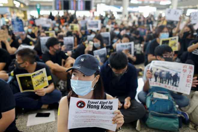 Aktivis prodemokrasi yang berhimpun pada hari pertama rali di balai ketibaan          di Lapangan Terbang Antarabangsa Hong Kong di Hong Kong, China semalam. — Gambar Reuters