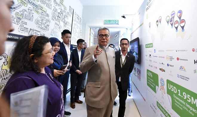 Mohd Redzuan bersama Ketua Setiausaha Kementerian Pembangunan Usahawan Datuk Wan Suraya Wan Mohd Radzi pada Majlis Pelancaran Kohort Ketiga Program Pemacu Global di Pusat Inovasi Dan Kreativiti Malaysia, semalam. — Gambar Bernama