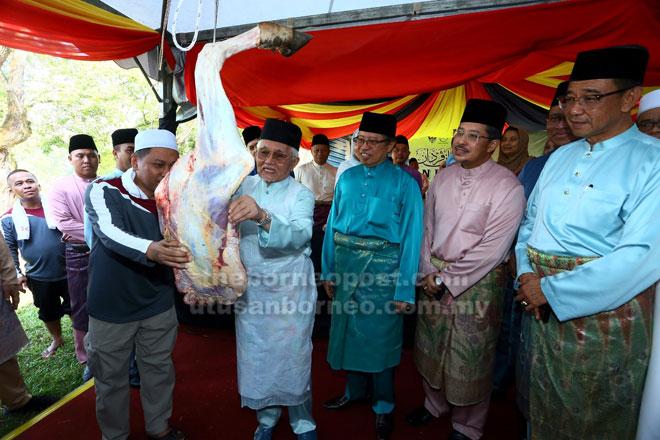 Abang Johari menyaksikan Tun Taib melapah daging korban pada Korban Perdana Majlis Islam Sarawak  2019 di Kuching semalam. Turut kelihatan, Abdul Karim dan Misnu.