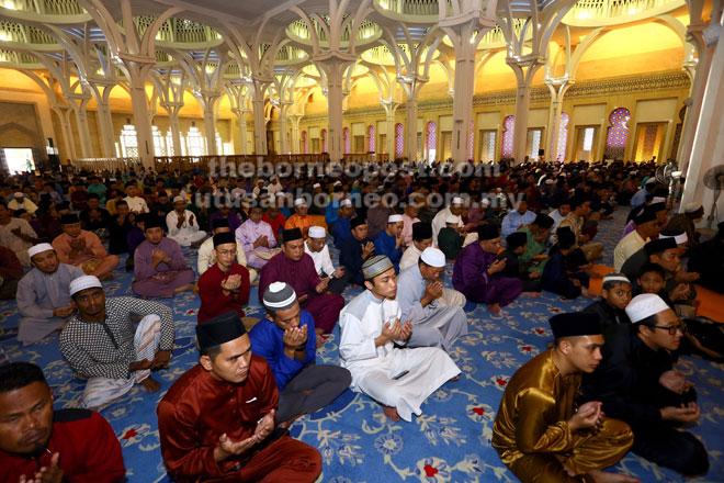 Warga kota bertakbir raya selepas menunaikan solat sunat Aidiladha.