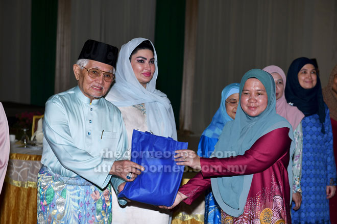 Tun Taib serta isteri, Toh Puan Ragad menyampaikan agihan daging korban pada Korban Perdana Majlis Islam Sarawak 2019 di Kuching semalam.