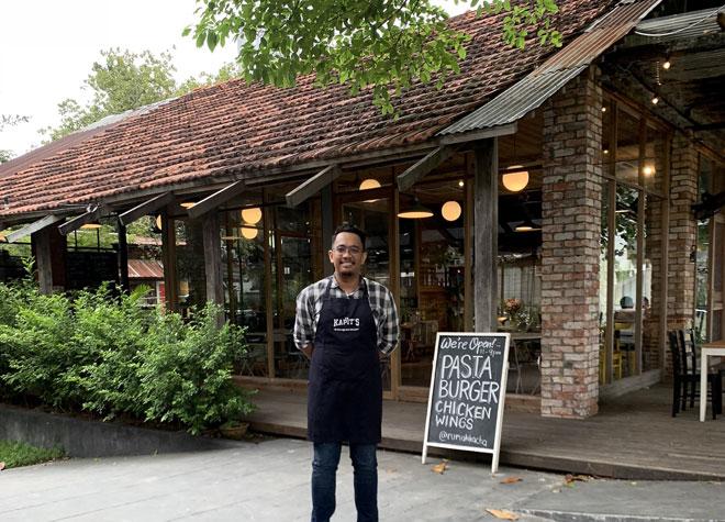 Mohd Shafiq bergambar di hadapan restorannya di George Town, Penang. — Gambar Bernama