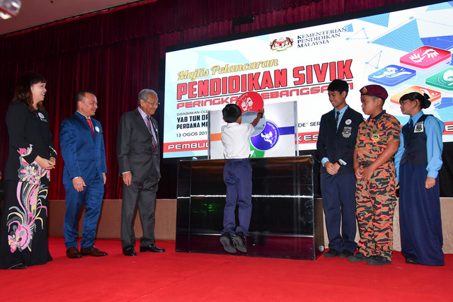 Perdana Menteri Tun Dr Mahathir Mohamad (tiga, kiri) melihat murid SK Taman Megah, Petaling Jaya, Ian Hariz Ansyar Yahya, 8, melengkap logo pelancaran Pendidikan Sivik Peringkat Kebangsaan anjuran Kementerian Pendidikan Malaysia di Puspanitapuri, Putrajaya hari ini. Turut hadir Menteri Pendidikan, Dr Maszlee Malik (dua, kiri) dan timbalannya Teo Nie Ching (kiri). - Gambar Bernama