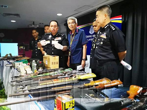 Zaini menunjukkan peluru untuk senjata M16 yang turut dirampas daripada suspek.