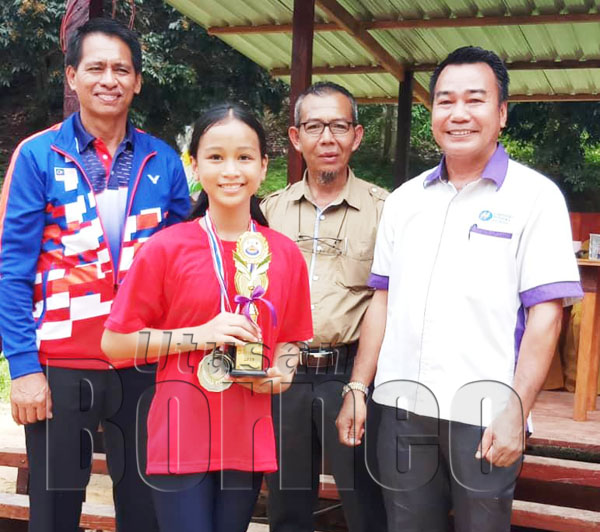 Rosdin Linah menyampaikan hadiah kepada pemenang Olahragawati 2019; Alyndra Kelsa Wandy.