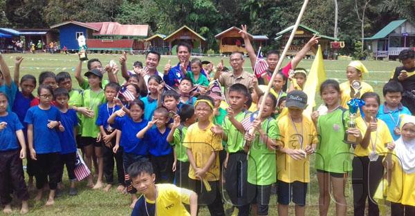 Janih bersama murid murid yang mengambil bahagian di Padang Kg.Bambangan Lama.